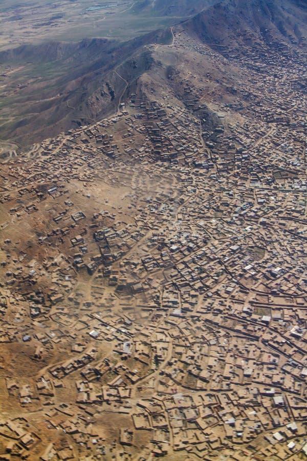 Contenga residencial en el área de la colina, del valle y de montaña en Kabul, Afganistán fotografía de archivo