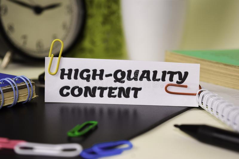 Contenido de alta calidad en el papel aislado en él escritorio Concepto del negocio y de la inspiraci?n foto de archivo libre de regalías