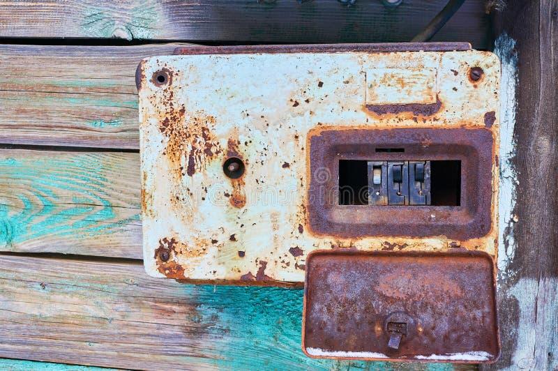 Contenitore arrugginito di metallo con gli interruttori elettrici fotografia stock libera da diritti
