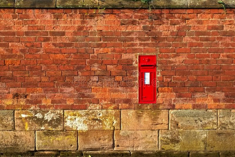 Contenitore d'annata della posta e di parete immagini stock libere da diritti
