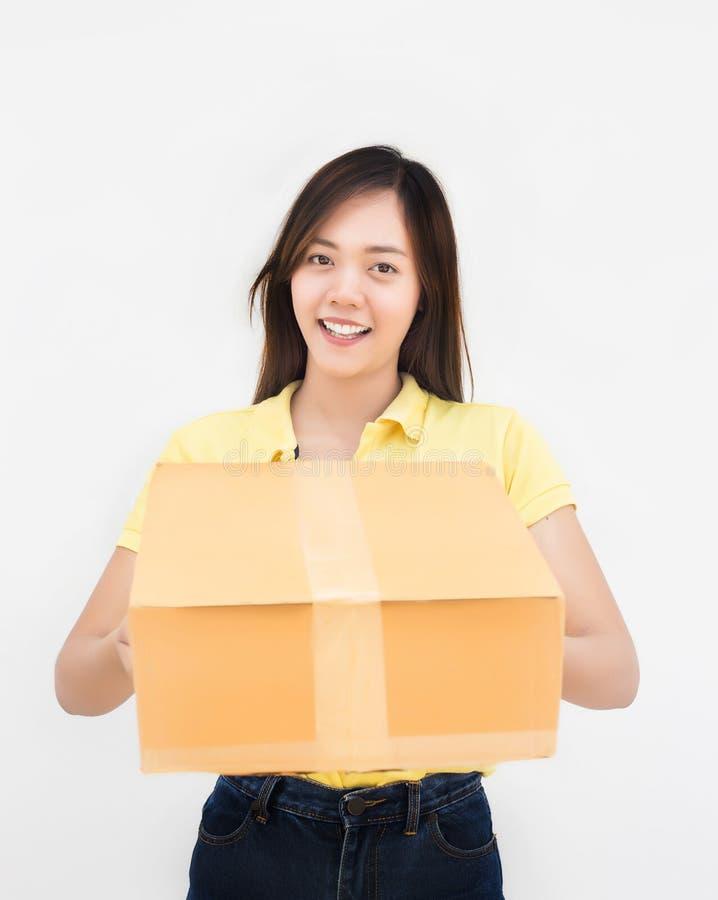 Contenitore d'imballaggio della donna di carta asiatica della tenuta nel servizio di distribuzione uniforme fotografia stock libera da diritti