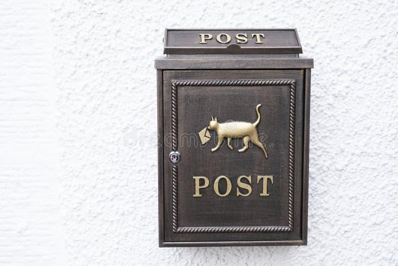 Contenitore decorativo di posta della posta con l'icona del cane immagini stock libere da diritti