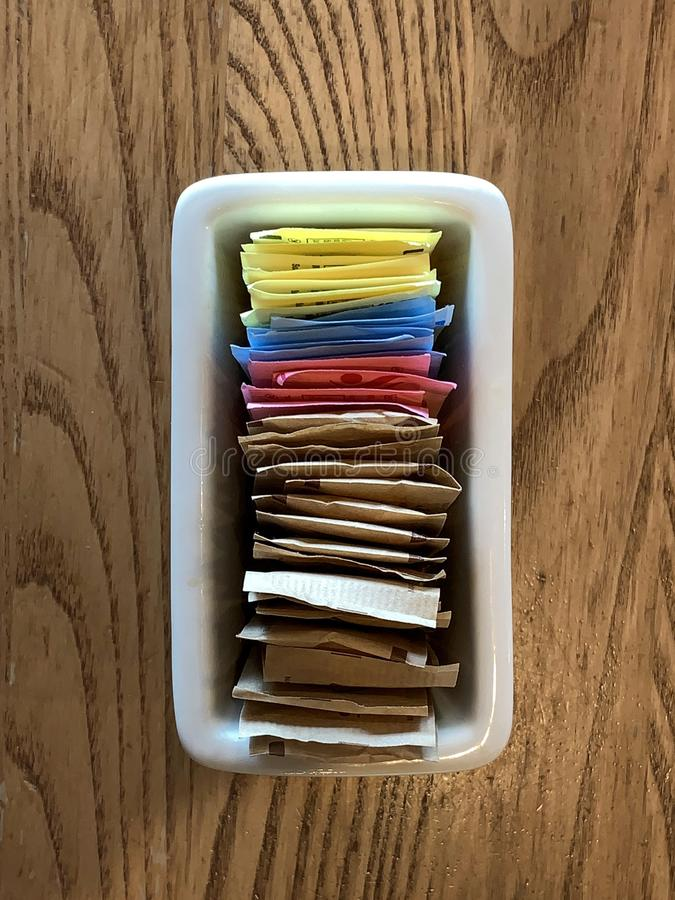 Contenitore dei pacchetti sostitutivo dello zucchero del ND dello zucchero su una tavola del ristorante fotografia stock libera da diritti