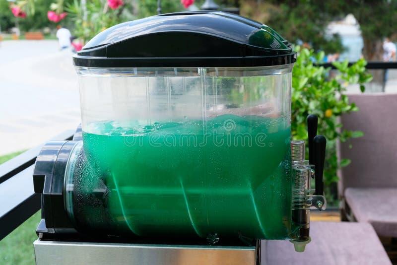 Contenitore di bevande ghiacciate 'Green Slush', all'aperto fotografia stock