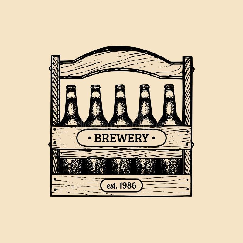 Contenitore di birra Logo della fabbrica di birra La retro icona della lager con la mano ha schizzato la cassa delle bottiglie Et illustrazione vettoriale