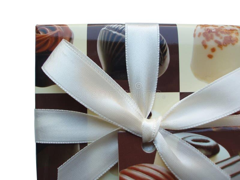 Contenitore di cioccolato con il nastro bianco fotografia stock