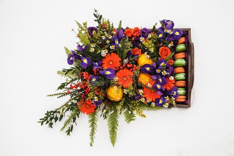 Contenitore di fiore di autunno con i maccheroni su fondo bianco fotografia stock libera da diritti