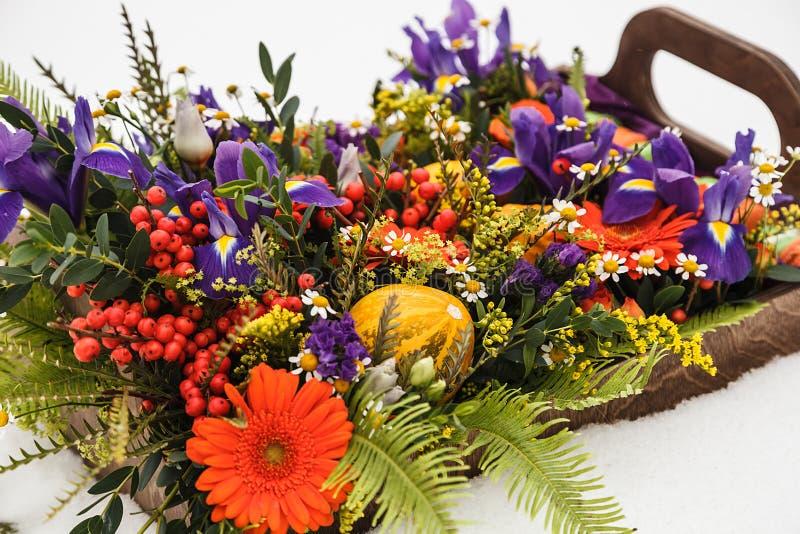 Contenitore di fiore di autunno con i maccheroni su fondo bianco immagini stock libere da diritti