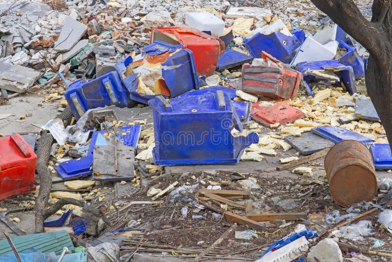 Contenitore di ghiaccio di plastica vecchio e rotto in rifiuti con i mucchi di immondizia immagini stock