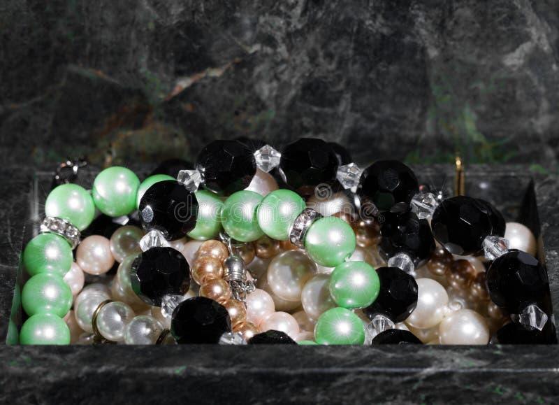 Contenitore di gioielli con gioielli - tesoro delle perle fotografie stock