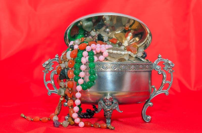 Contenitore di gioielli con i gioielli delle perle fotografia stock libera da diritti