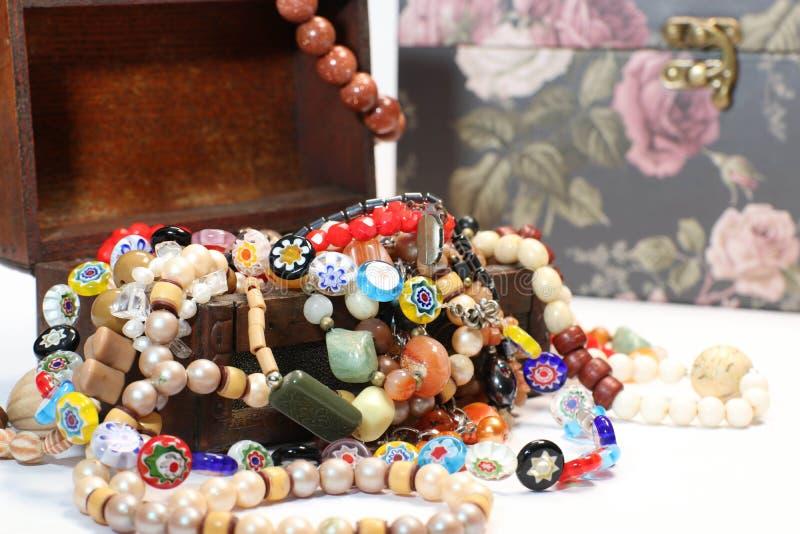 Contenitore di gioielli con il multi bello accessorio colorato delle perle su fondo bianco immagini stock
