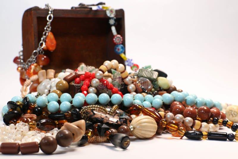 Contenitore di gioielli con il multi bello ricordo colorato delle perle su fondo bianco immagine stock