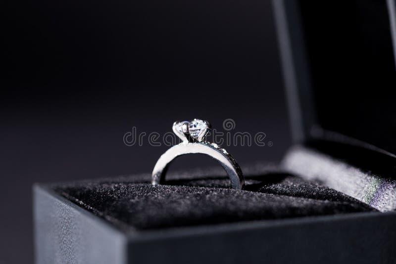 Contenitore di gioielli con l'anello d'argento elegante fotografia stock libera da diritti