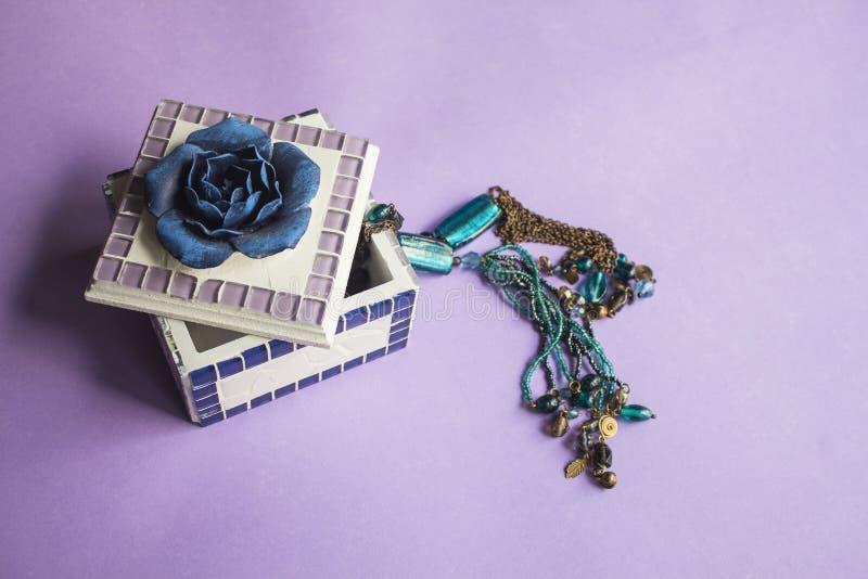 Contenitore di gioielli con la collana blu delle perle di vetro del turchese fotografia stock