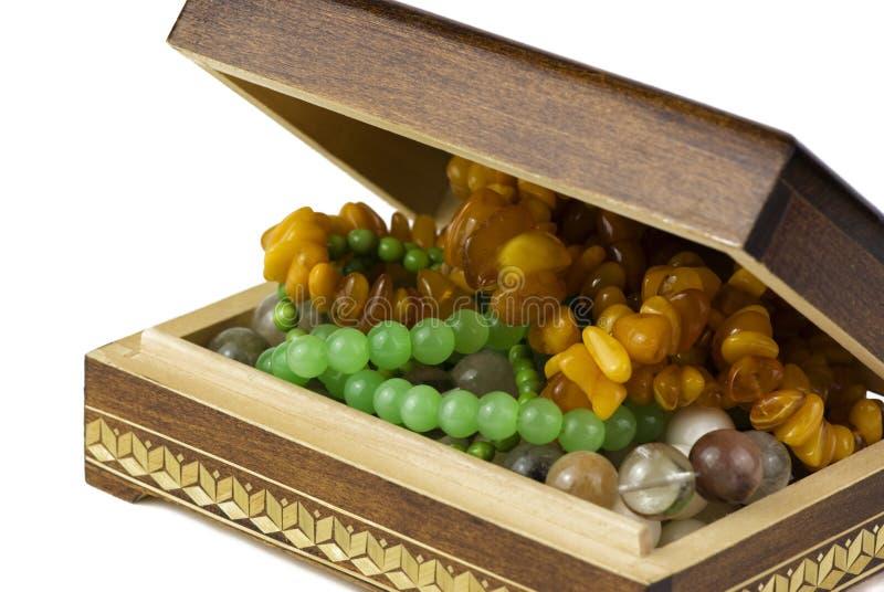 Contenitore di gioielli con le perle immagini stock