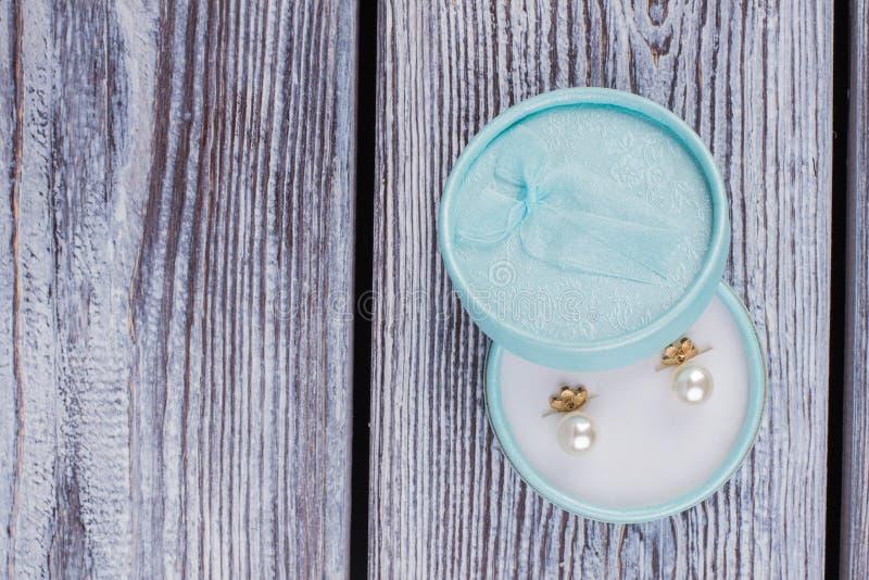 Contenitore di gioiello con gli orecchini della perla immagini stock