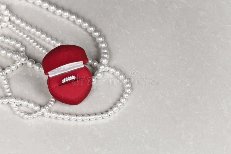 Contenitore di gioiello di lusso con l'anello di diamante fotografia stock