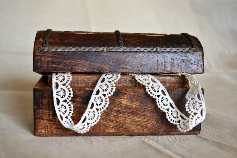 Contenitore di legno di Keepsake del merletto fotografia stock libera da diritti