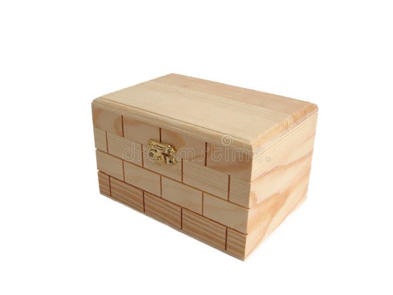 Contenitore di legno di keepsake della cassa di tesoro sopra priorità bassa bianca fotografia stock libera da diritti