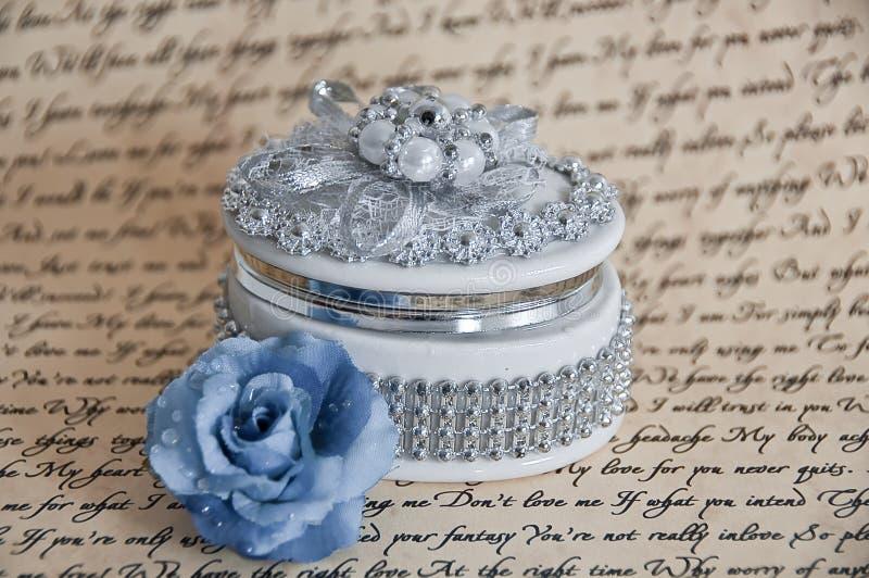 Contenitore di monili fragile con una Rosa blu immagine stock
