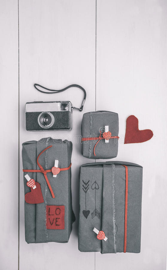 Contenitore di regali dei biglietti di S. Valentino con gli ornamenti dei pantaloni a vita bassa e la vecchia macchina fotografica fotografia stock