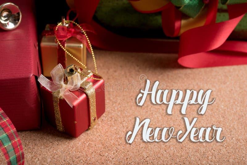 Contenitore di regali e decorazione di festa sulla tavola di legno con la parola n felice immagine stock libera da diritti