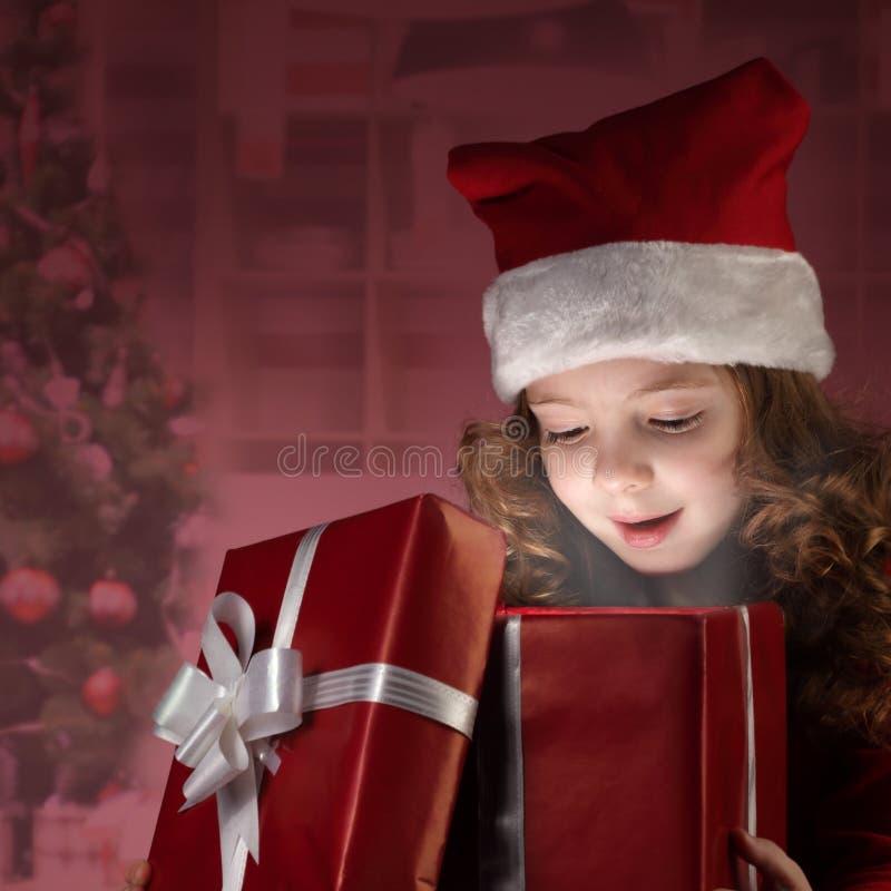 Contenitore di regalo aperto della bambina felice immagine stock libera da diritti