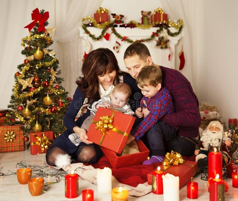 Contenitore di regalo attuale aperto della famiglia di Natale, padre Baby Child della madre immagini stock libere da diritti