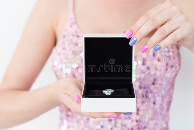 Contenitore di regalo attuale costoso dell'anello dei gioielli di festa fotografia stock