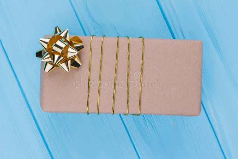 Contenitore di regalo avvolto in carta marrone del mestiere immagine stock