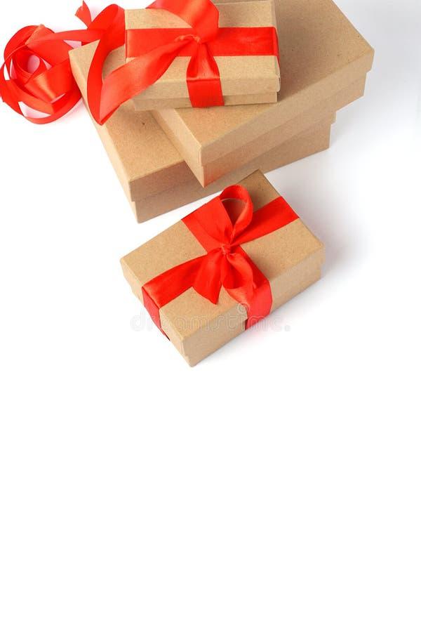 Contenitore di regalo avvolto con l'arco del nastro fotografia stock