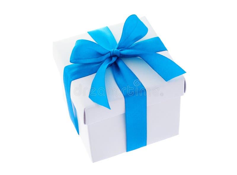 Contenitore di regalo bianco con il ciano nastro dell'arco di colore fotografia stock libera da diritti