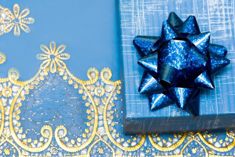 Contenitore di regalo blu con l'arco fotografia stock