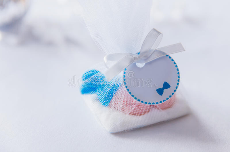 Contenitore di regalo blu dei dolci della doccia di bambino fotografia stock libera da diritti