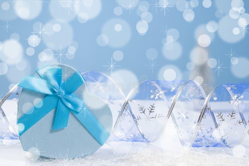 Contenitore di regalo blu di Natale con il fondo e il copyspace del bokeh immagini stock