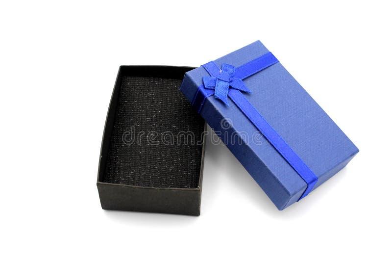 Contenitore di regalo blu isolato su priorit? bassa bianca fotografia stock libera da diritti