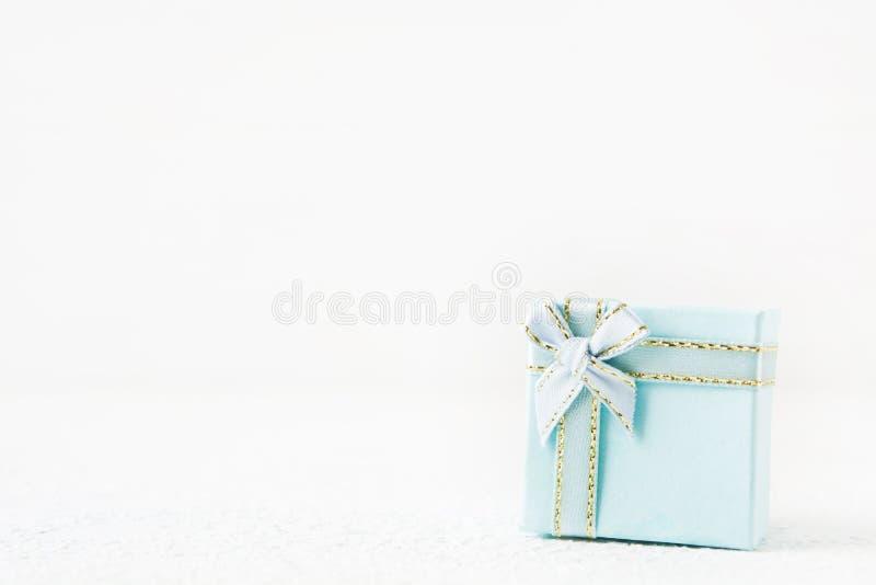 Contenitore di regalo blu per la festa su fondo leggero immagini stock libere da diritti