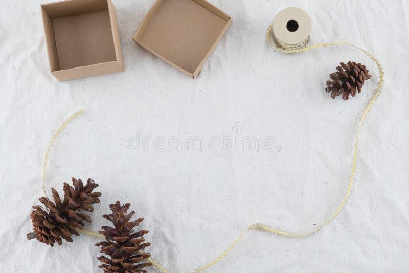 Contenitore di regalo di Brown decorato con i pinecones e la corda immagini stock