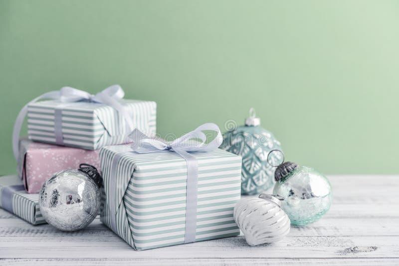 Contenitore di regalo con differenti decorazioni di natale fotografia stock
