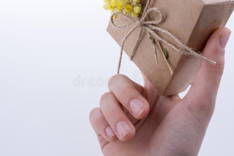 Contenitore di regalo con i fiori a disposizione fotografie stock