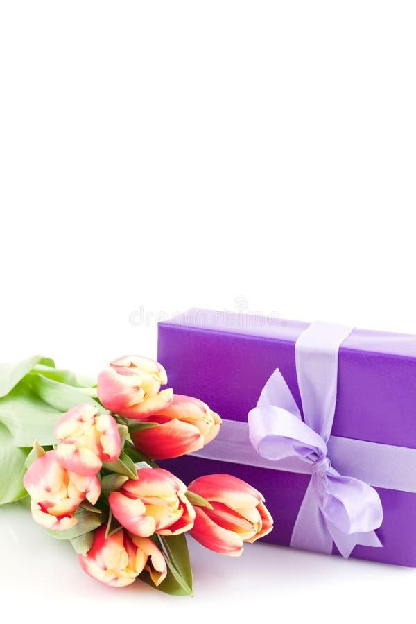 Contenitore di regalo con i tulipani immagine stock libera da diritti