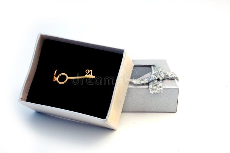 Contenitore di regalo con il 21th tasto dorato fotografia stock libera da diritti