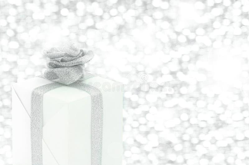 Contenitore di regalo con il fiore del nastro immagine stock libera da diritti