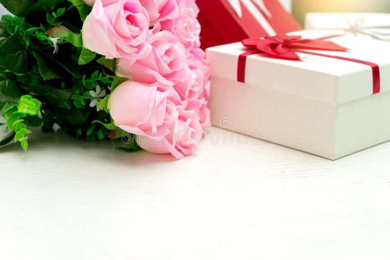 contenitore di regalo con il fiore della rosa di rosa per il biglietto di S. Valentino dell'amante immagine stock