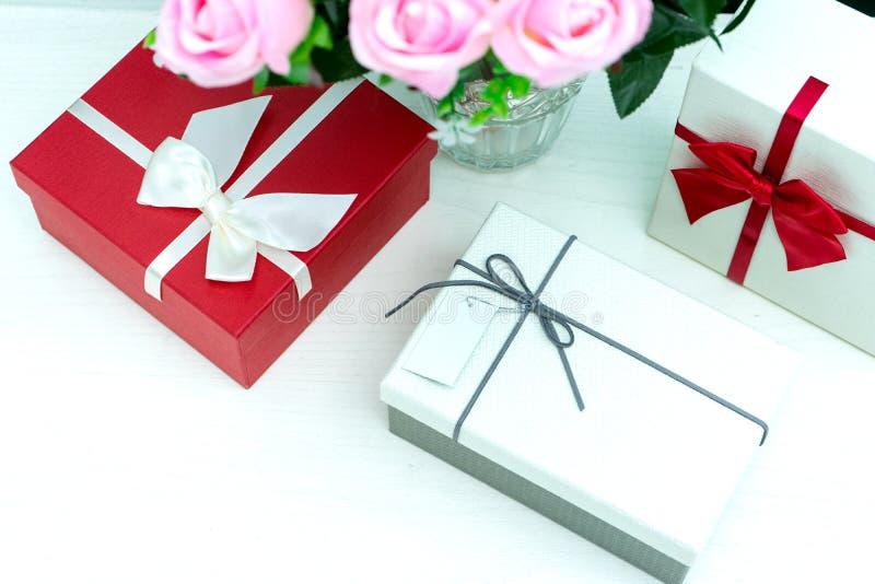 contenitore di regalo con il fiore della rosa di rosa per il biglietto di S. Valentino dell'amante immagine stock libera da diritti