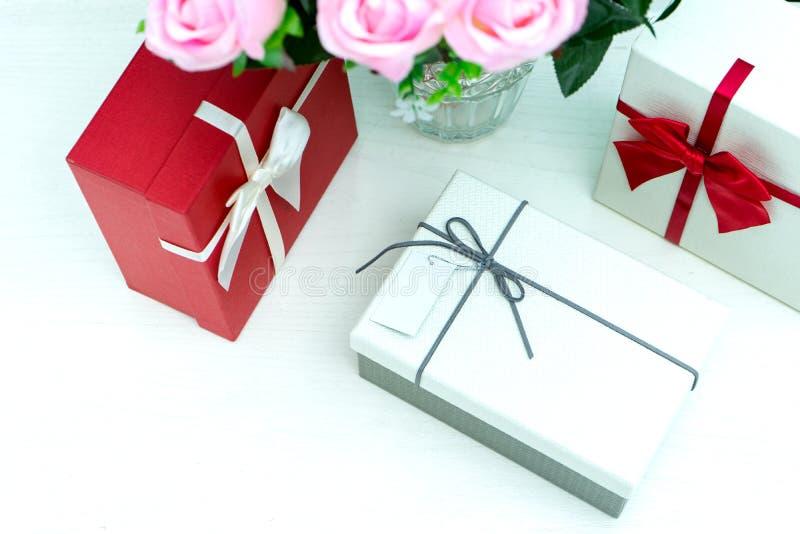 contenitore di regalo con il fiore della rosa di rosa per il biglietto di S. Valentino dell'amante fotografia stock