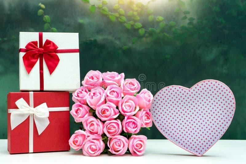 contenitore di regalo con il fiore della rosa di rosa per il biglietto di S. Valentino dell'amante immagini stock