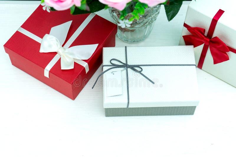 contenitore di regalo con il fiore della rosa di rosa per il biglietto di S. Valentino dell'amante fotografie stock