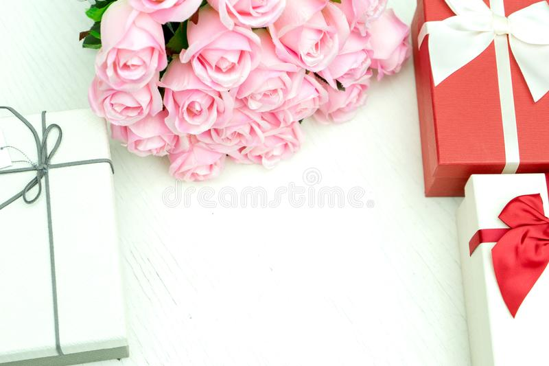 contenitore di regalo con il fiore della rosa di rosa per il biglietto di S. Valentino dell'amante fotografie stock libere da diritti